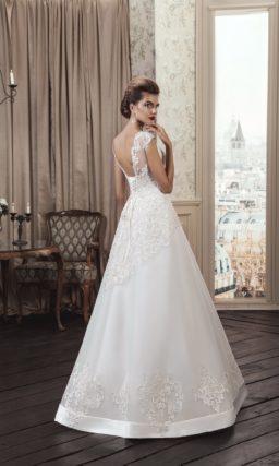Изящное свадебное платье «принцесса» с кружевным декором и глубоким вырезом на спинке.