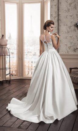 Пышное свадебное платье с роскошной атласной юбкой и фигурными кружевными бретелями.