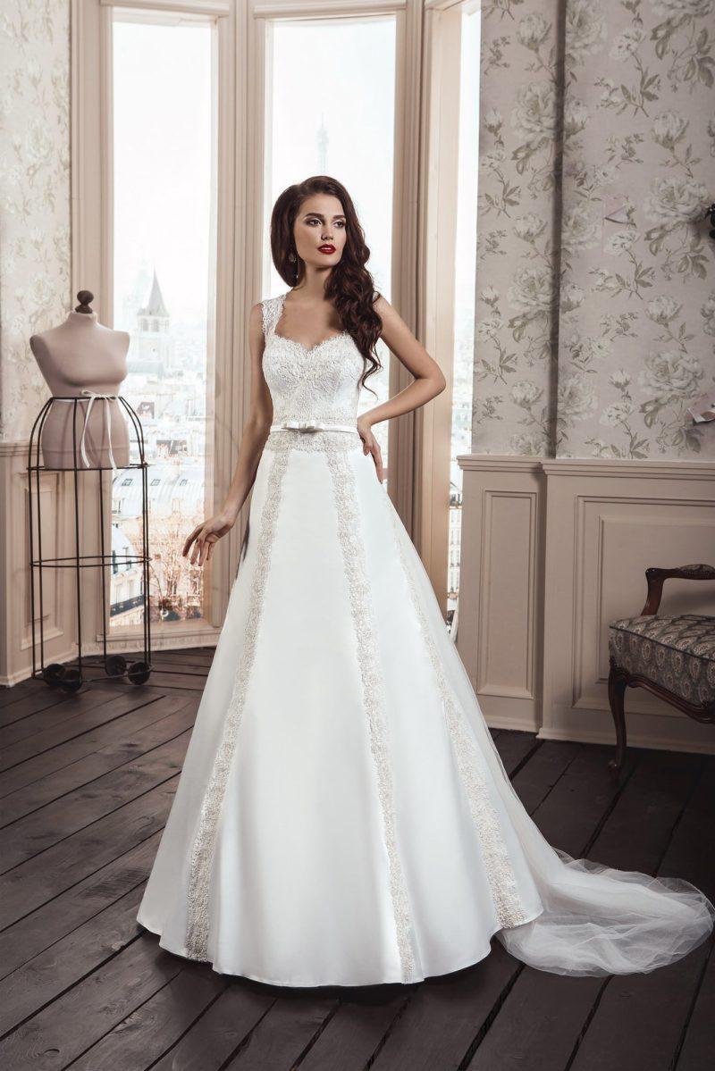 Изысканное свадебное платье «принцесса» с кружевным декором по подолу и лифом в форме сердца.