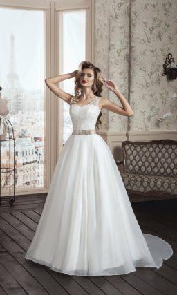Утонченное свадебное платье с вырезом на спинке и торжественной многослойной юбкой со шлейфом.