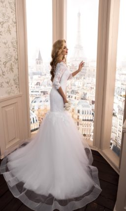 Потрясающее свадебное платье с фигурным портретным декольте и юбкой «рыбка».