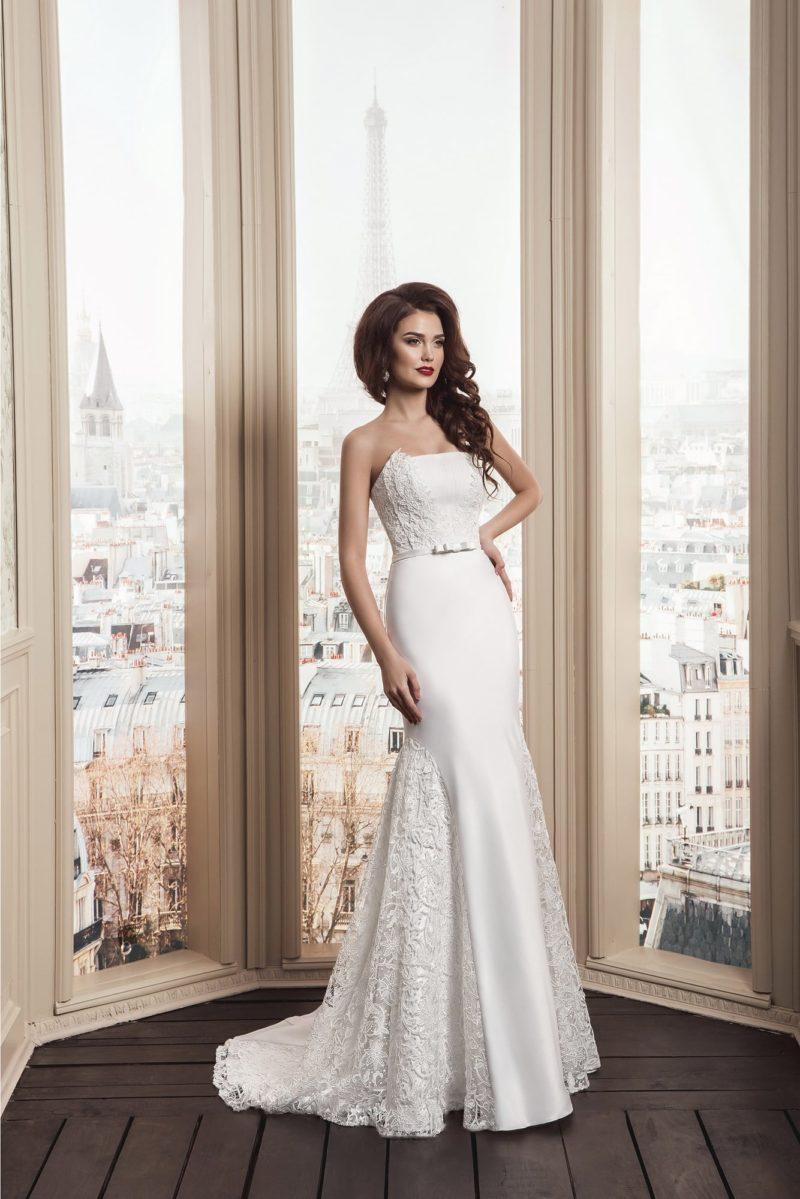 Необычное свадебное платье «рыбка» с кружевными вставками по бокам подола и открытым лифом.