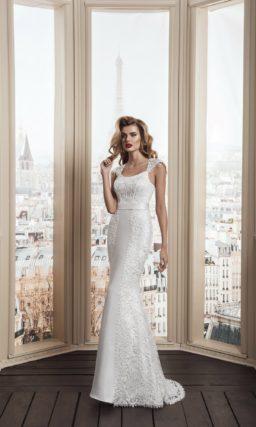 Облегающее свадебное платье из атласной ткани с кружевным декором и широким поясом.