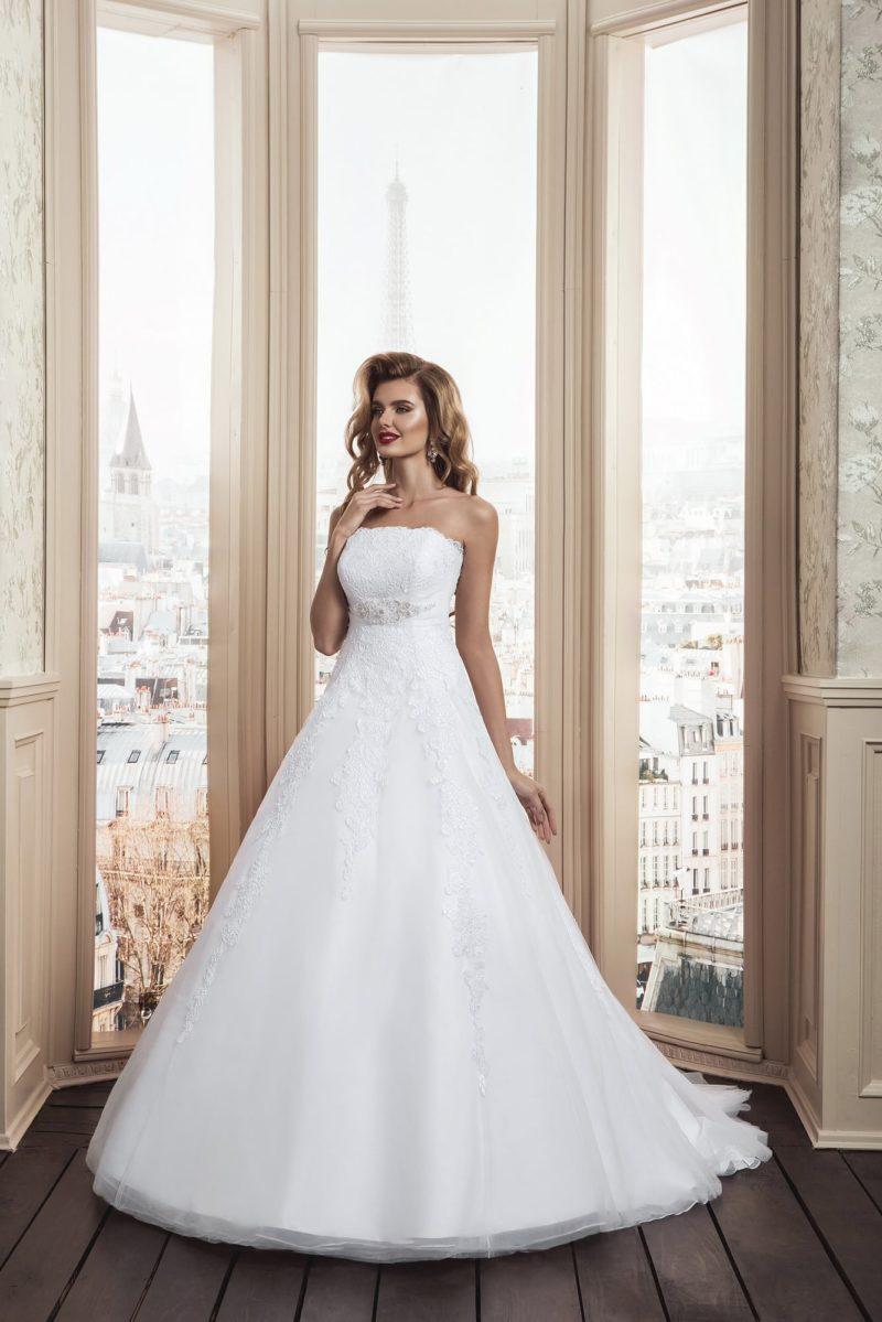 Открытое свадебное платье классического силуэта «принцесса» с нежным кружевным декором.