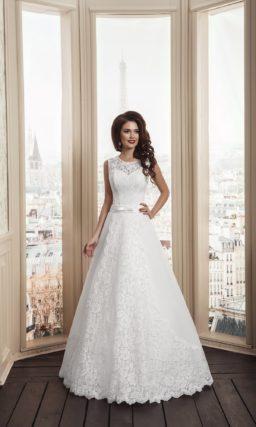 Свадебное платье «принцесса» с кружевной отделкой и широким поясом из атласа.