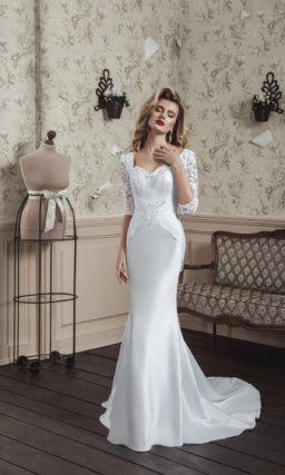 Свадебное платье «рыбка» с открытой спинкой и кружевным рукавом в три четверти.