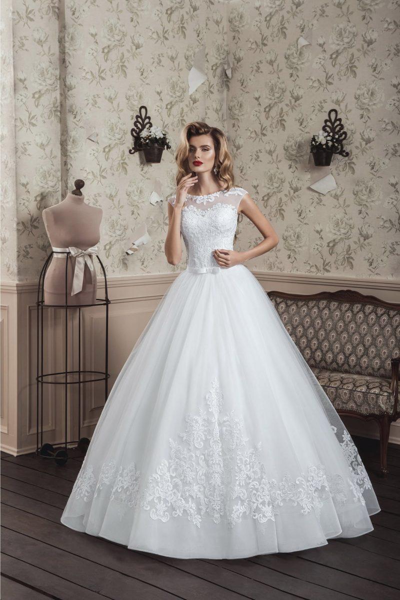 Классическое свадебное платье с невероятно пышной юбкой и кружевным закрытым верхом.