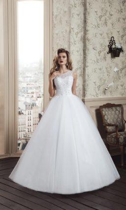 Пышное свадебное платье с фактурным закрытым лифом и вырезом на спинке.