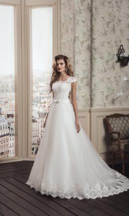 Свадебное платье «принцесса» с торжественным шлейфом и коротким кружевным рукавом.