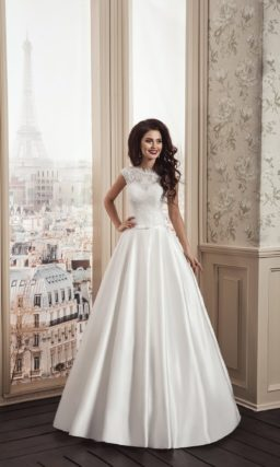 Свадебное платье «принцесса» с атласной юбкой и кружевной отделкой закрытого верха.
