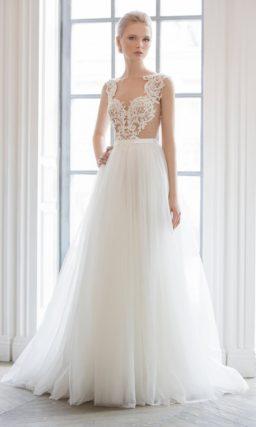 Изысканное свадебное платье с верхом на бежевой подкладке и открытой спинкой.