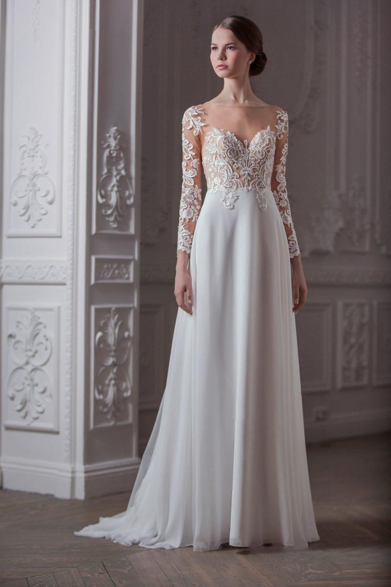 Романтичное свадебное платье с полупрозрачным кружевным верхом и юбкой прямого кроя.