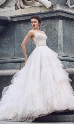 Пышное свадебное платье с открытым корсетом, украшенным кружевом по всей длине.