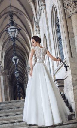 Закрытое свадебное платье с кружевным верхом и пышной юбкой «трапеция».