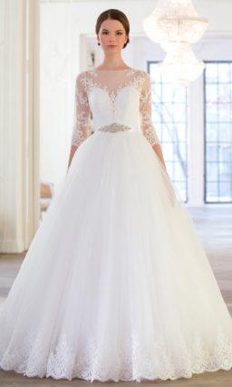 Эффектное свадебное платье с пышной юбкой и глубоким вырезом, покрытым тонкой тканью.