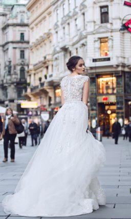 Свадебное платье с двойной юбкой и фактурным декором закрытого верха и спинки.