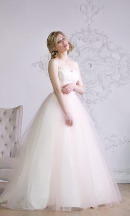 Волшебно изящное свадебное платье с открытым кружевным корсетом и пышной юбкой.