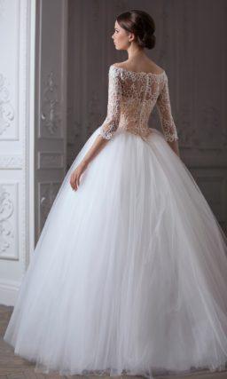 Пышное свадебное платье с аристократичным портретным декольте и длинными рукавами.