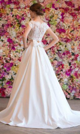 Атласное свадебное платье с торжественным шлейфом и укороченным лифом с кружевом.