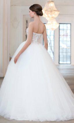 Сдержанное свадебное платье пышного кроя с бежевым корсетом с прямым лифом.