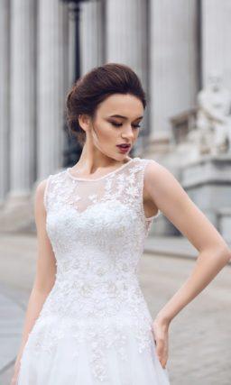 Романтичное свадебное платье с фактурным закрытым лифом и объемной юбкой «принцесса».