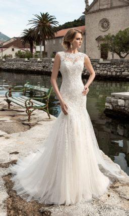 Романтичное свадебное платье с заниженной линией талии и стильным вырезом на спинке.