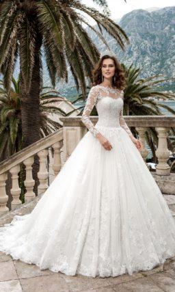 Великолепное свадебное платье с длинными кружевными рукавами и объемным подолом со шлейфом.