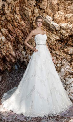 Пышное свадебное платье с открытым корсетом, дополненным кружевным болеро.