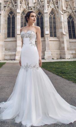 Свадебное платье с серебристой вышивкой по корсету и многослойной юбкой «рыбка».