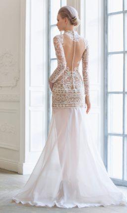 Короткое свадебное платье с бежевой подкладкой и белым кружевом, облегающее фигуру.