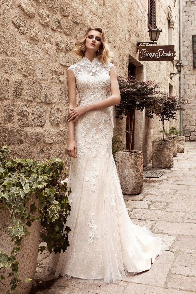 Изящное свадебное платье «русалка» с высоким кружевным воротником и длинным шлейфом.