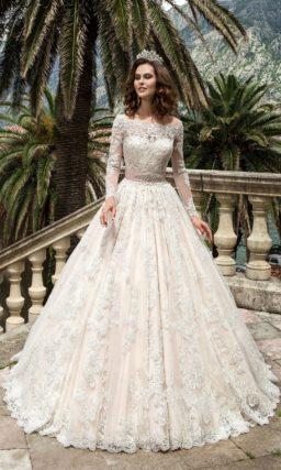 Роскошное свадебное платье с кремовой подкладкой и кружевным декором, а также широким поясом.