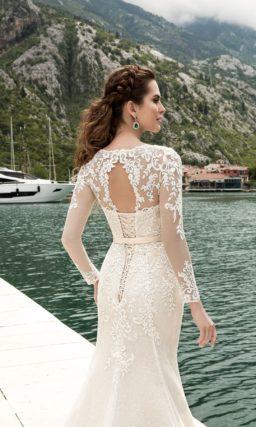 Свадебное платье «русалка» с закрытым верхом, длинным рукавом и роскошной верхней юбкой.