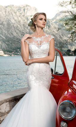 Торжественное свадебное платье «рыбка» с пышной юбкой и кружевной отделкой верха.