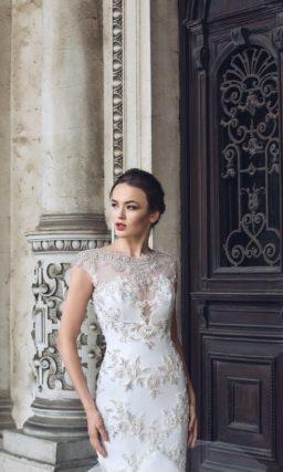 Свадебное платье «рыбка» с глянцевой отделкой и многоярусной юбкой со шлейфом.