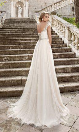 Стильное свадебное платье с открытой спинкой, объемным сияющим поясом и пышной юбкой.