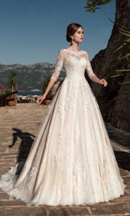 Закрытое свадебное платье пудрового оттенка с декором из плотного кружева и длинным рукавом.