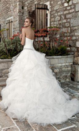 Кокетливое свадебное платье с драпировками на корсете и прозрачными оборками по всему подолу.