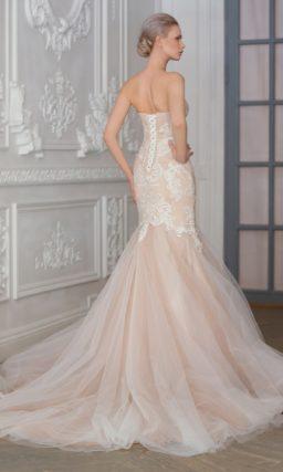 Бежевое свадебное платье с открытым лифом-сердечком и отделкой тонким белым кружевом.