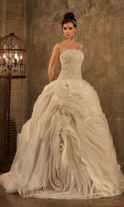 Впечатляющее свадебное платье с пышной юбкой с драпировками и фактурным корсетом.