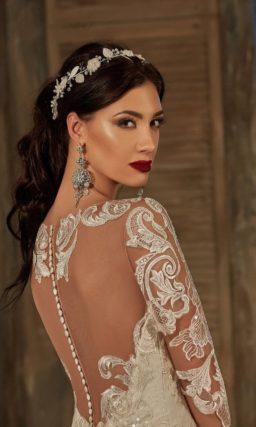 Свадебное платье с открытой спинкой и силуэтом «рыбка», дополненным сияющей вышивкой.