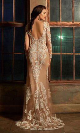 Бежевое свадебное платье с крупными кружевными аппликациями по пышной юбке.