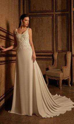 Облегающее свадебное платье с великолепным длинным шлейфом и вышивкой по верху.