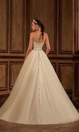 Романтичное свадебное платье с пышным силуэтом, сверкающей вышивкой на корсете и вырезом сзади.