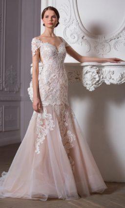 Свадебное платье с пышной верхней юбкой и элегантным декором области декольте.