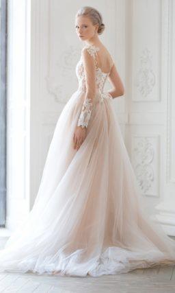 Потрясающее свадебное платье-трансформер с объемной верхней юбкой и бежевой подкладкой.