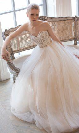 Соблазнительное свадебное платье с открытым лифом-сердечком и кружевным декором верха.