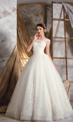Изысканное свадебное платье пышного кроя с округлым вырезом, оформленным кружевом.