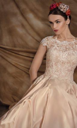 Золотистое свадебное платье с атласной юбкой и кружевным верхом с округлым вырезом под горло.
