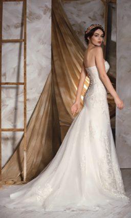 Утонченное свадебное платье в классическом стиле, оформленное фактурной отделкой.